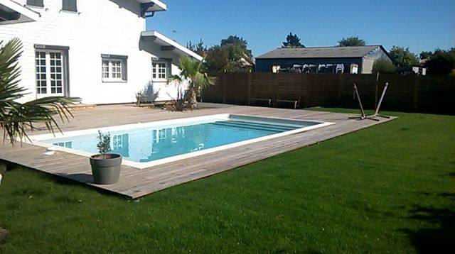 Piscine traditionnelle et terrasse bois piscine pas cher for Piscine 8x4
