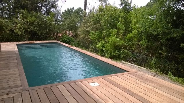 Am nagement des abords de piscine terrasse et pool house for Prix piscine 7x3